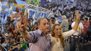 Carlos Linares junto a su compañera de fórmula, Claudia Bard, en el cierre de campaña que se realizó ayer en Puerto Madryn.
