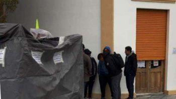 Obreros despedidos de una empresa que presta servicios para Goldcorp, iniciaron ayer un acampe frente a las oficinas que esa compañía minera posee en Perito Moreno.