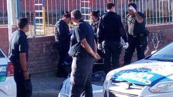 Producto del disparo que efectuó el panadero, Nicolás Usqueda cayó muerto frente a un jardín de infantes.