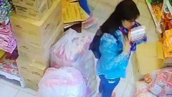 Quedaron filmadas cuando robaban en una distribuidora