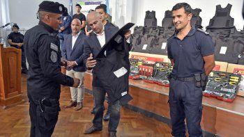 entregaron mil chalecos antibalas a la policia del chubut