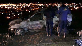 El estado en que quedó el automóvil en el que se halló un cuerpo sobre el asiento trasero.