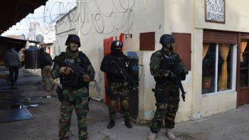 Efectivos de Fuerzas Especiales custodian el acceso a uno de los domicilios allanados, ubicado en la céntrica avenida Fagnano.