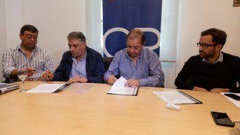 Carlos Linares junto a los referentes gremiales del SOEM y APJ en la firma del acuerdo.