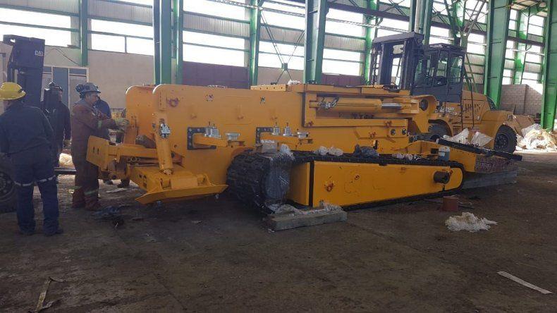 La nueva máquina tunelera KTW 200 está siendo ensamblada por técnicos polacos y de Yacimientos Carboníferos Río Turbio.
