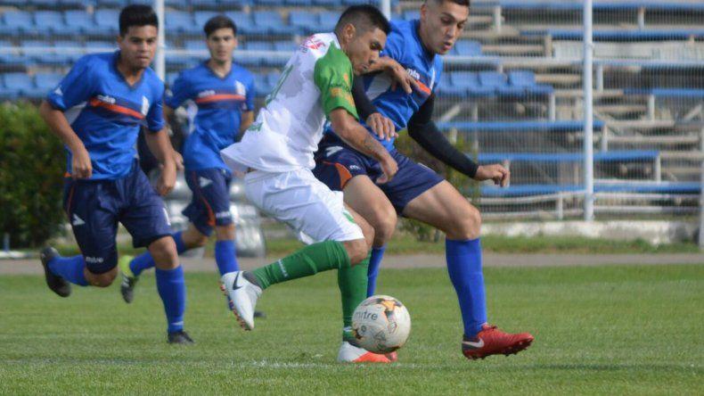 Jorge Lasso cubre el balón marcado por Fausto Viegas en el partido que Petroquímica y la CAI empataron uno a uno en la apertura de la cuarta fecha del Inicial A.