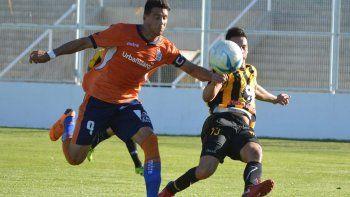 Mauro Villegas le convirtió 4 goles en total a Pacífico de Neuquén.