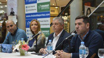 Funcionarios de Chubut Deportes y miembros del Club Náutico de Puerto Madryn en la presentación de la 13° edición de la Copa de las Ballenas.