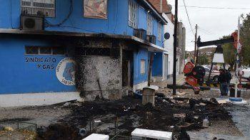 El incendio del improvisado campamento causó daños en la fachada del edificio del gremio petrolero.