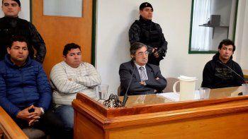 Jorge Armoa, Martín Cuellito Oñate y Néstor Vibares, al momento de aguardar el inicio del juicio, junto a uno de los abogados defensores y una fuerte custodia policial.