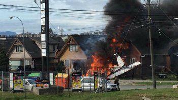 Una avioneta se estrelló contra una casa y hubo seis muertos