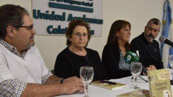 Raquel Mowszoweicz brindó su testimonio en compañía del psicólogo Bartolomé Ramírez, la decana de la UNPA, María Eugenia de San Pedro, y el diputado por pueblo Sergio Bucci.