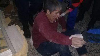 Oscar Romero en el interior de la tapicería el martes por la noche cuando personal médico lo trasladaba hacia una ambulancia.
