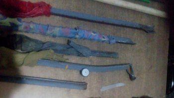 Las facas que incautaron en el Pabellón 2. También secuestraron un teléfono celular.