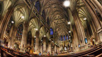 un hombre entro a la catedral de nueva york con bidones de nafta