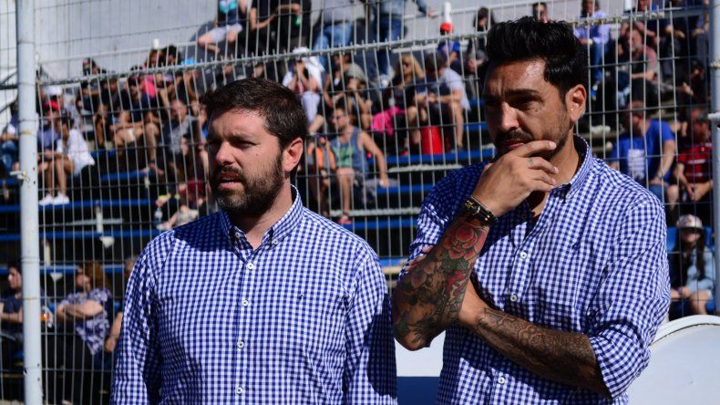 Nicolás Segura –en la foto junto al otro DT de la dupla Andrés Silvera- vaticina una cerrada definición entre la CAI y Racing de Trelew
