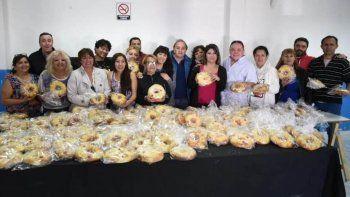 dirigentes de 23 asociaciones vecinales elaboraron roscas de pascuas para donar
