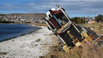 La motoniveladora de Vialidad Provincial quedó peligrosamente inclinada al ceder el terreno de una de las márgenes de la Primera Laguna.