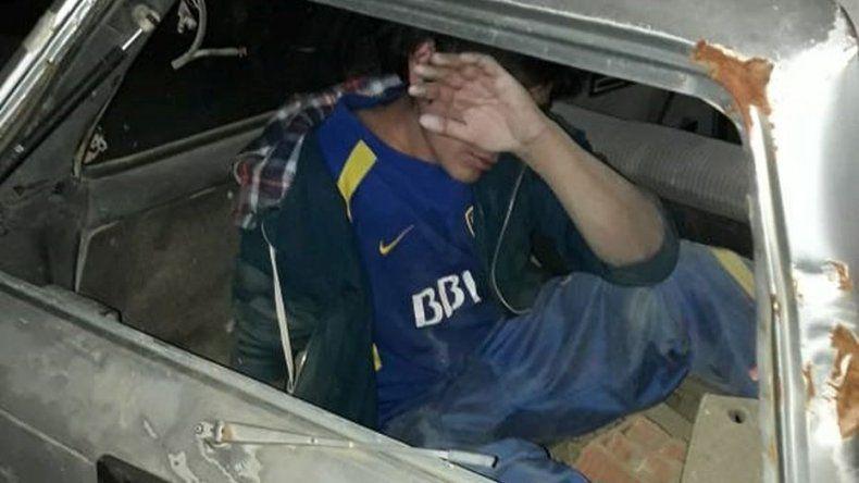 Lo sorprendieron durmiendo en un auto secuestrado en una comisaría