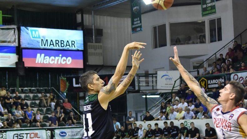 Jonatan Treise tira de tres puntos marcado por Nicolás De los Santos.