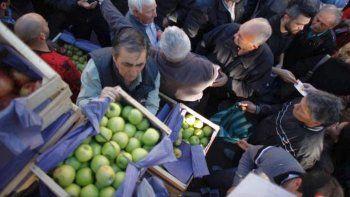 Productores reglaron frutas para visibilizar la crisis en el sector