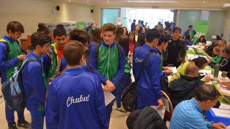 Los chicos de Chubut durante la acreditación ayer en San Carlos de Bariloche.