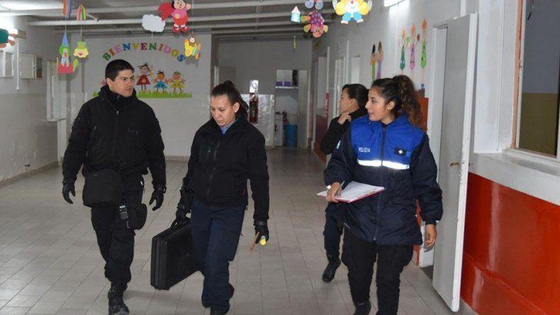 Policías de la División Criminalística realizaron una minuciosa inspección en procura de hallar huellas dactilares que posibiliten identificar a los responsables de los daños.