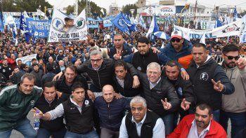 Dirigentes de numerosos sindicatos ascendieron al palco instalado en la plazoleta del Gorosito, mientras toda el área del microcentro estaba cubierta de trabajadores.