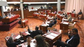 A falta de quórum, los diputados de la oposición criticaron políticas de Arcioni y elogiaron fallo judicial que reconoció derechos de pueblos originarios.