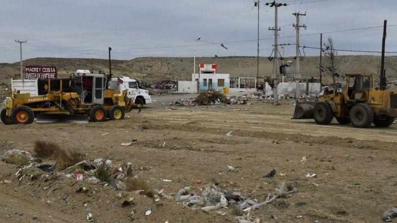 Equipos de Vialidad Provincial iniciaron ayer la primera tapa de reacondicionamiento del basural. Despejaron de residuos el acceso por la Ruta 3.