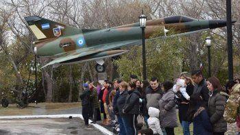 Pese a la fría jornada del 1° de Mayo, numerosos habitantes de Piedra Buena asistieron a la inauguración del monumento a la Fuerza Aérea, con motivo de celebrarse el 37° aniversario de su Bautismo de Fuego.