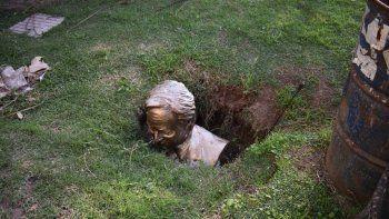 Rompen busto de Néstor Kirchner y lo entierran en un pozo