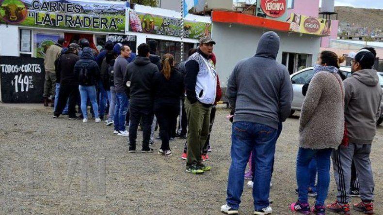 Cientos de personas formaron fila ayer frente a la primera carnicería que comenzó a vender los cortes de carme vacuna a 150 pesos el kilo. En menos dos horas agotó su stock de dos mil kilos.