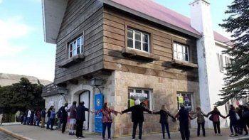 Con un abrazo solidario se pidió por la restauración del Chalet Huergo