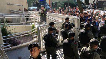 Con un centenar de gendarmes allanan la obra social de Camioneros