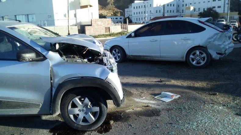 El conductor del Renault Kwid escapó luego de estrellarse contra un automóvil estacionado.