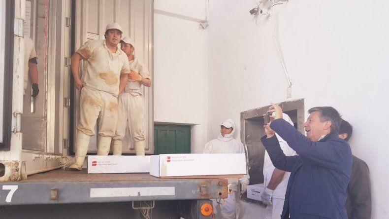 El candidato quiso tener un recuerdo de la carga del contenedor de carne congelada de ovino a Qatar.