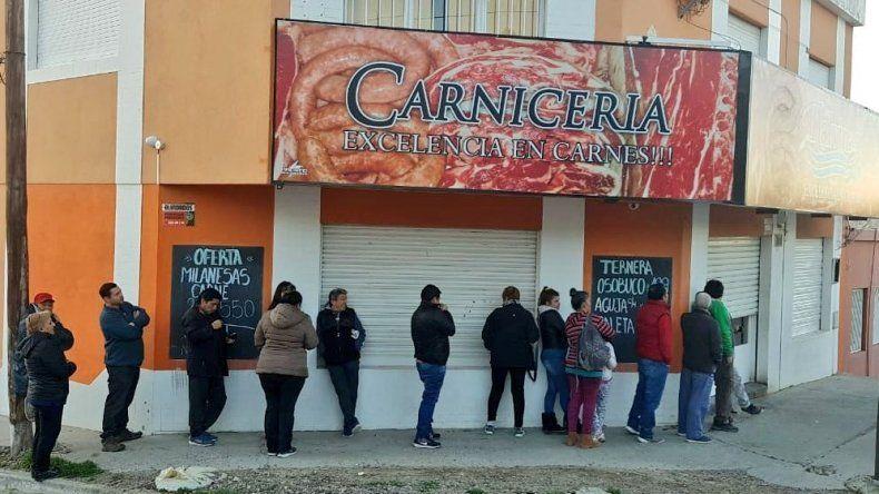 Vecinos hacen largas colas para conseguir carne desde 139 pesos