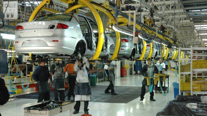 La producción automotriz se derrumbó en abril un 33,9%