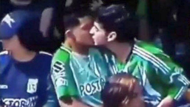 Higuita salió en defensa de dos hinchas que se besaron en la cancha