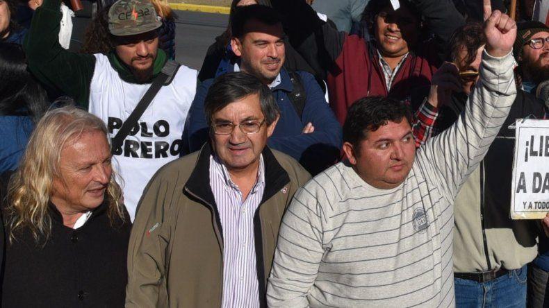 Martín Cuellito Oñate levanta su mano en señal de victoria