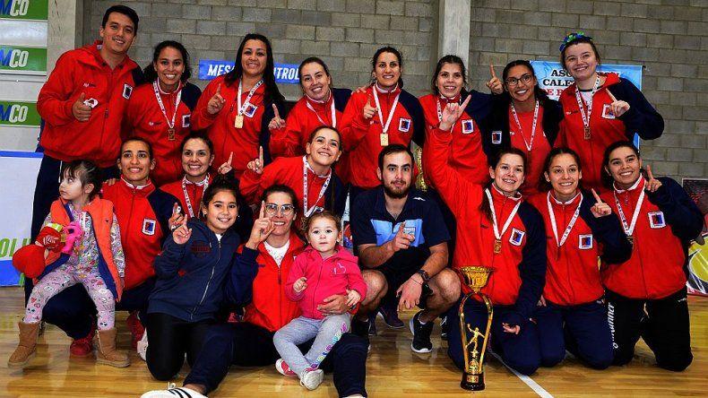 El plantel femenino de Municipal Km 5 que regresó a Comodoro Rivadavia con el título del Regional Sur de balonmano.