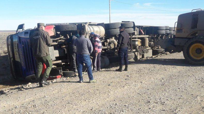 Conductor de camión herido tras volcar en la ruta
