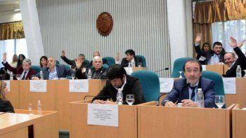 Los legisladores del oficialismo aprobaron la modificación de la Ley de Municipios que posibilita desdoblar las elecciones.