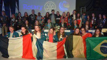 Adolescentes y jóvenes becarios de diversos países, acompañaron a las autoridades rotarias en la ceremonia de apertura.