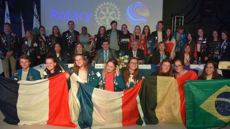 Adolescentes y jóvenes becarios de diversos países