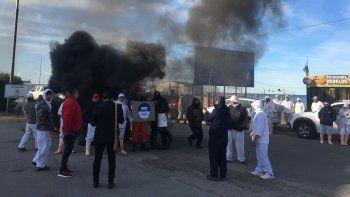 Los trabajadores de Taex continúan con su reclamo. Ayer se trasladaron al ingreso del puerto.