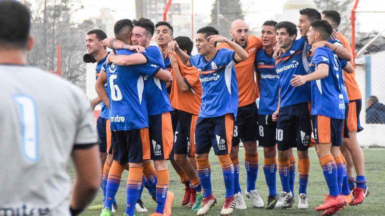 Los jugadores de la CAI festejan la clasificación a la final de la Zona Patagónica.