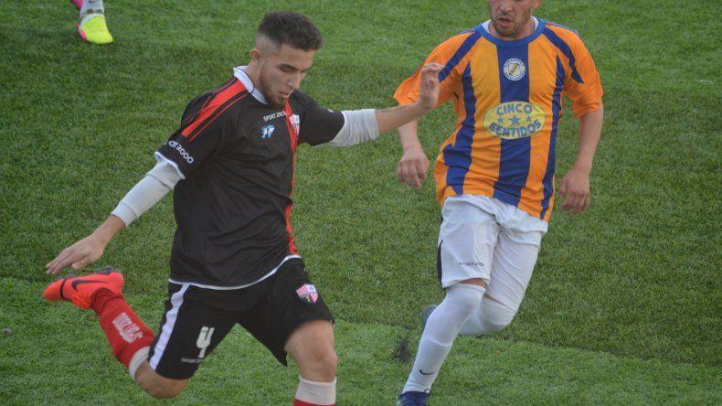 Deportivo Roca debutó con triunfo en su nueva superficie de juego.