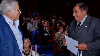 El periodista Carlos Berenguel, conductor del programa La Gaviota fue uno de los más aplaudidos al recibir un reconocimiento del director de la FM San Jorge, Luis Maza.